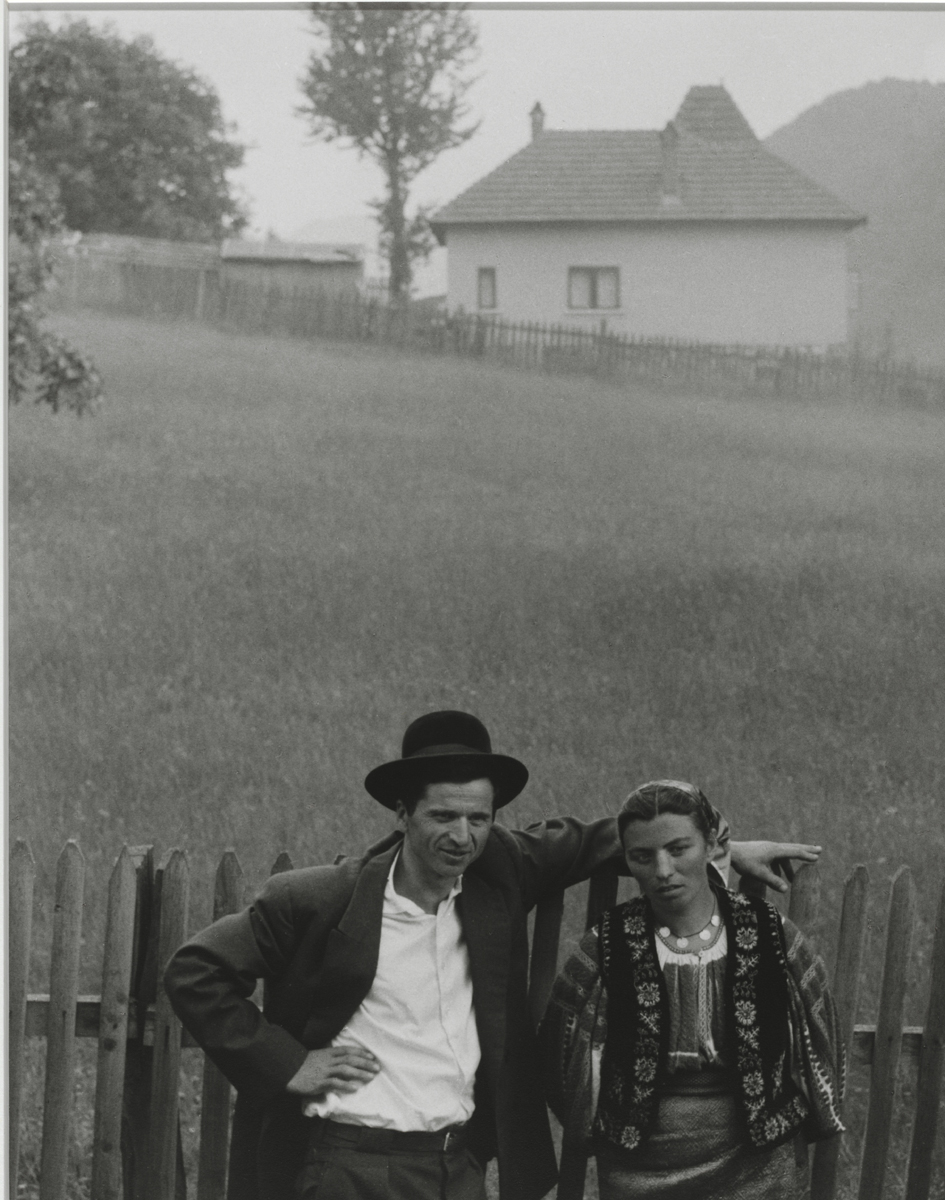 Couple, Rucăr, Romania [Pareja, Rucăr, Rumanía], 1967. Copia a la gelatina de plata Philadelphia Museum of Art, Filadelfia. The Paul Strand Retrospective Collection, 1915-1975, donación de los herederos de Paul Strand, 1980-21-488 © Aperture Foundation Inc., Paul Strand Archive